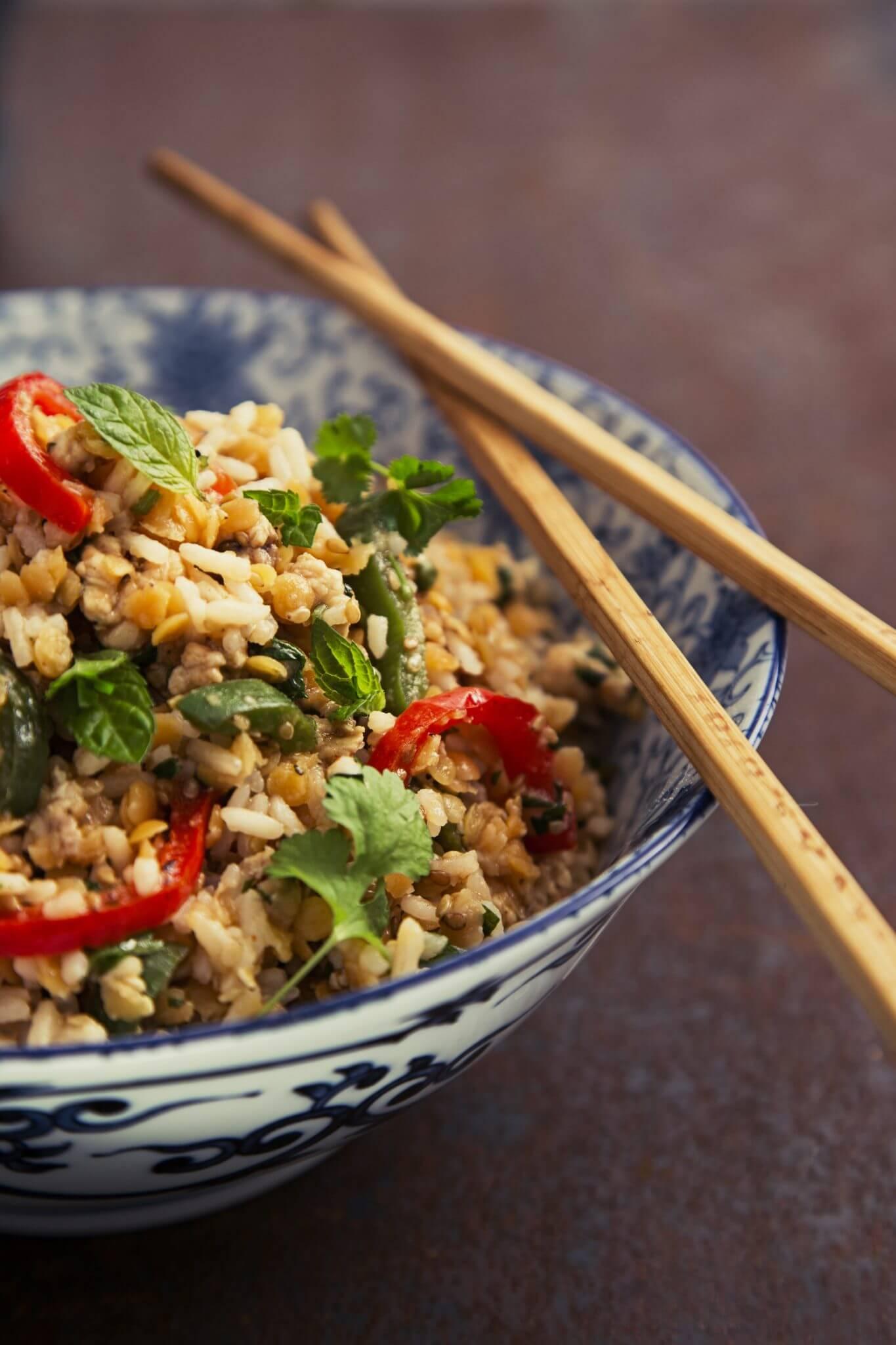 Sałatka z ryżu i soczewicy z papryką i kurczakiem