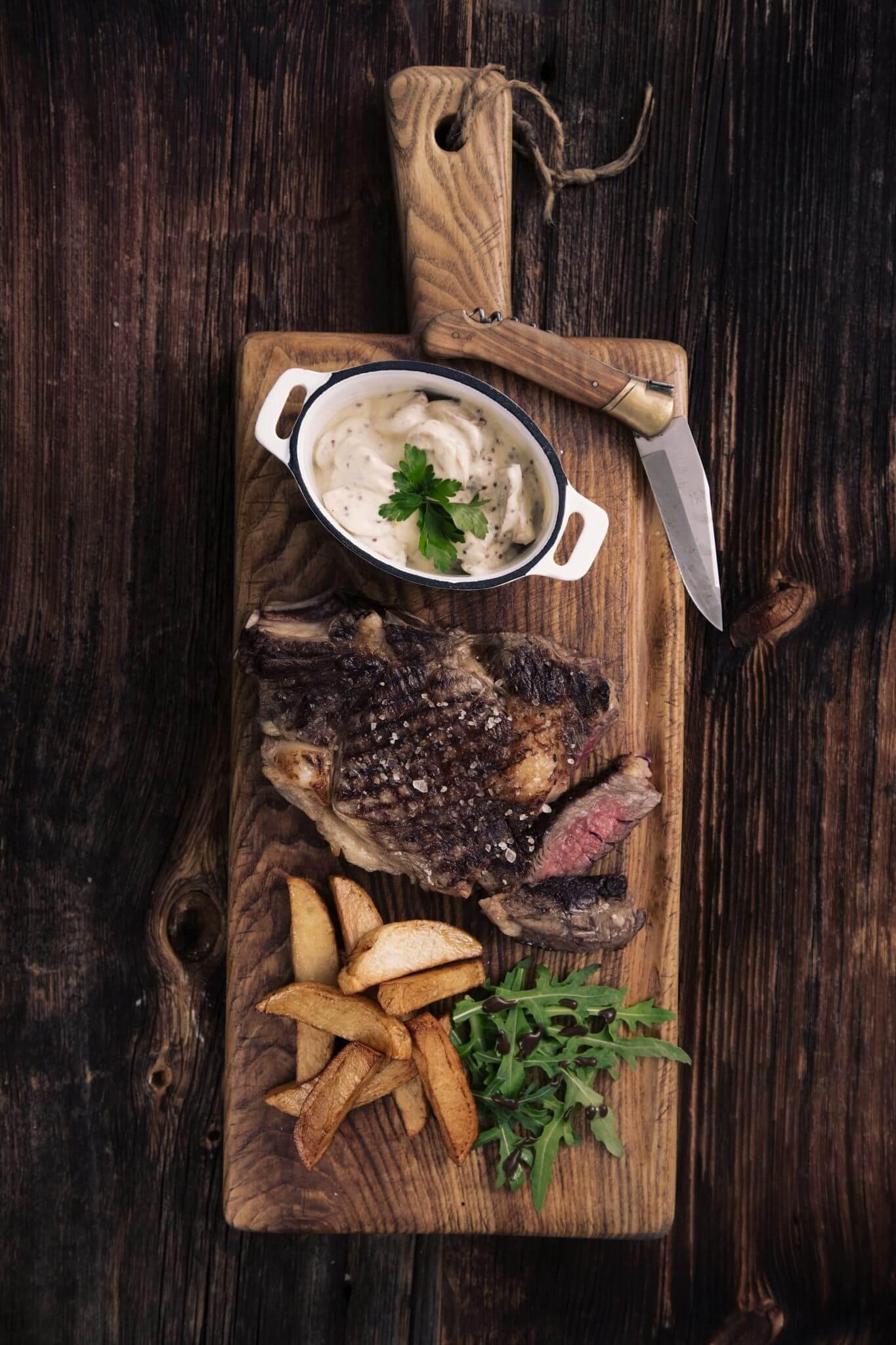 Stek wołowy z pieczarkami, sosem z whisky i prawdziwymi frytkami belgijskimi
