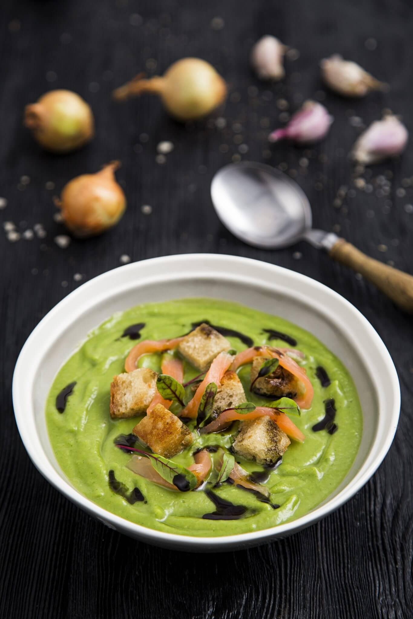 Zupa krem z brokułów z wędzonym łososiem i mascarpone.