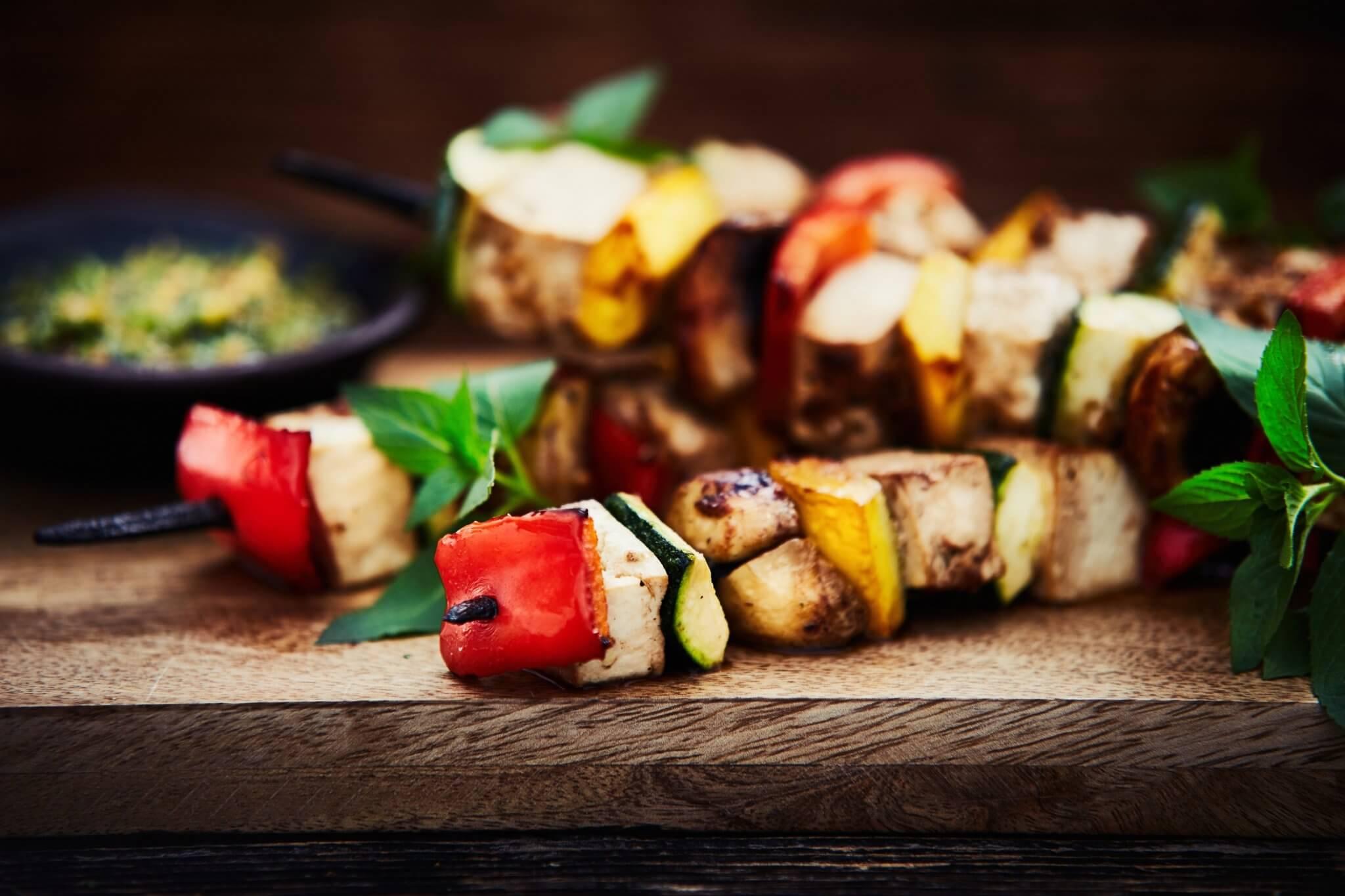 Szaszłyki wegetariańskie z kolendrowym pesto