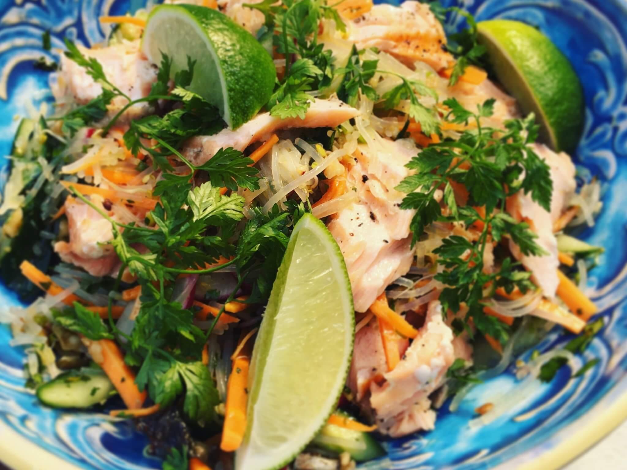 Sałatka tajska z grillowanym łososiem